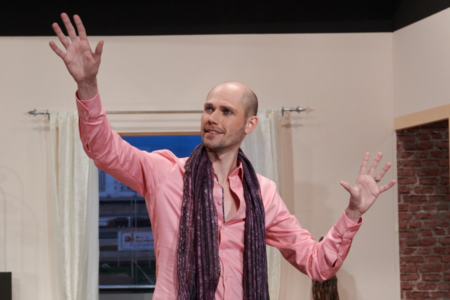 """Bild aus der Theaterkomödie """"Hesch en Vogel?"""" von Atréju Diener, gespielt von der Theatergruppe Friesenberg als Uraufführung."""