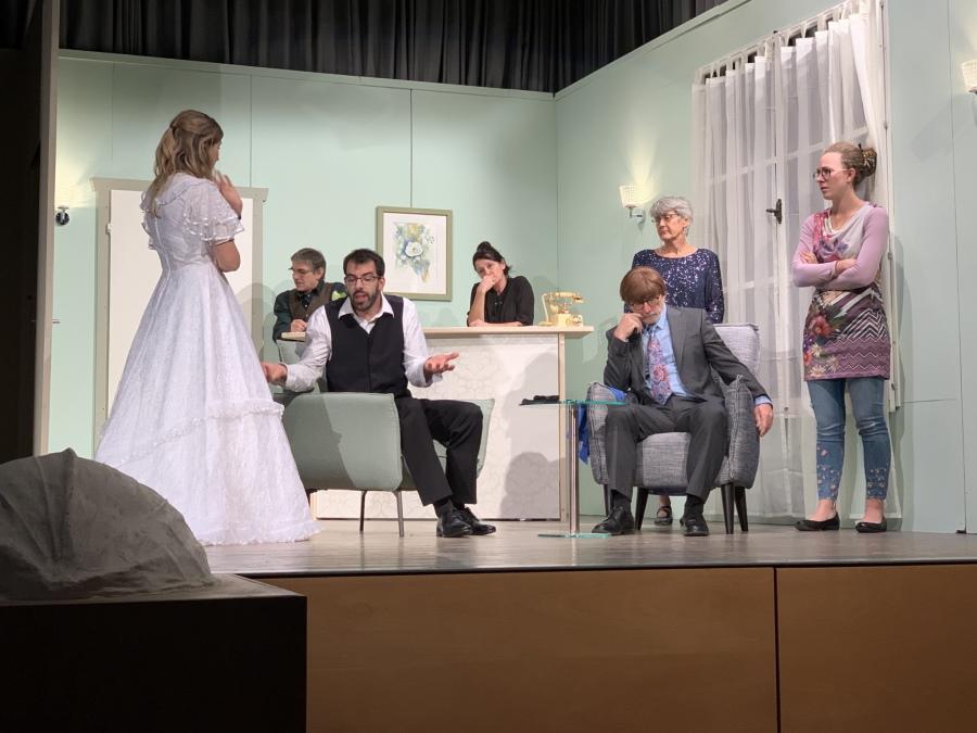 """Bild aus der Theaterkomödie """"Traumhochziit?"""" von Robin Hawdon, Neubearbeitung Rolf Brunold und Atréju Diener, gespielt vom Theater Tomils."""