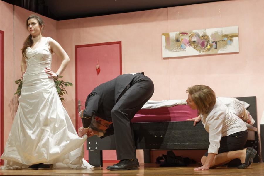 """Bild aus der Theaterkomödie """"Traumhochziit?"""" von Robin Hawdon, Neubearbeitung Rolf Brunold und Atréju Diener, gespielt der Musikgesellschaft Reichenburg."""
