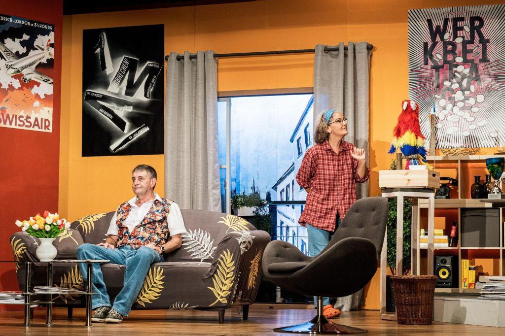 Bild aus den Proben der Bühne Wehntal, die das Stück Hesch en Vogel unter dem Titel Alles Werbung oder was im September 2020 spielt. Die Zeitung Zürcher Unterländer berichtet darüber.