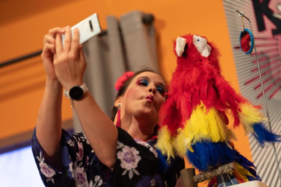 """Bild aus der Theaterkomödie """"Hesch en Vogel?"""" von Atréju Diener, gespielt von der Bühne Wehntal unter dem Titel """"Alles Werbung oder was?"""""""